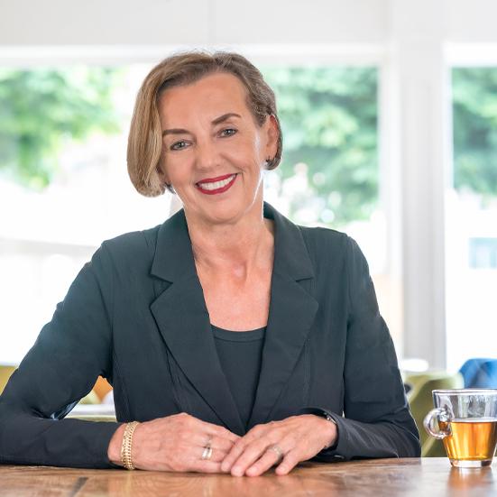 Portret Gerdie Jullens aan tafel NIEUW_551x551